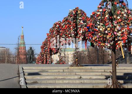 Bäume der Liebe auf Luzhkov Brücke in Moskau, Russland - Stockfoto