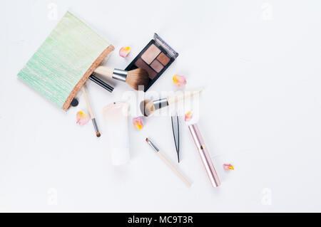 Make-up-Tasche verschütten Bürsten und Make-up - Stockfoto