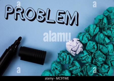 Handschrift text Problem. Begriff Sinne Mühe, gelöst zu schwierigen Situation, Komplikation, die reinen blauen Hintergrund zerknittertes Papier geschrieben werden müssen. - Stockfoto