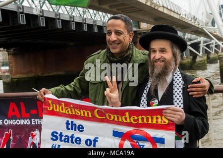 April 13, 2018 - London, UK. 13. September 2018. Eine Mahnwache am Südufer der Themse auf palästinensische Gefangene Tag Highlights die Not der rund 6.500 Palästinenser in israelischen Gefängnissen, rund 350 davon sind Kinder. Die Demonstranten wurden mehrere Palästinenser und wurden von einer anti-zionistischen ultra-orthodoxer Jude. Ihre Anzeige enthalten eine tatsächliche Größe Zeichnung eines israelischen U-Haft Zelle, in der die Kinder in Isolation gehalten werden. Die Demonstranten verteilten Flugblätter und mit denen zu Fuß durch, und Reden gesprochen hat Fakten über die Gefangenen. In zwei Monaten dieses Ja - Stockfoto