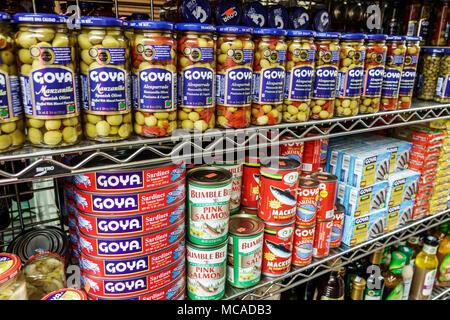Florida Miami Beach South Beach La Playa markt Lebensmittelgeschäft Anzeige Oliven Fischkonserven Sardinen Goya Latein Marke Pringles chips Kabel Regal - Stockfoto