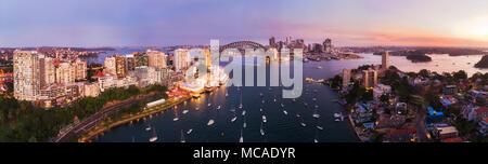 Rosa Sonnenuntergang über die Stadt Sydney CBD Grenzsteine um Sydney Harbour von der Sydney Harbour Bridge in erhöhten Antenne Panorama vom angeschlossenen Lavender Bay - Stockfoto
