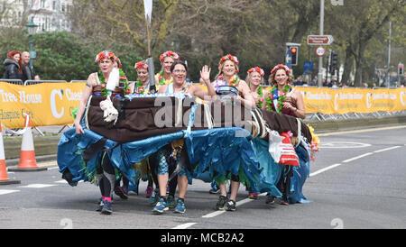 Brighton, Großbritannien - 15 April 2018 ein Boot voller Frauen an der Brighton Marathon heute als auch für die Marathon Saison unter Weise in Großbritannien: Simon Dack/Alamy Leben Nachrichten erhält - Stockfoto