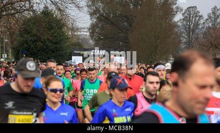 Brighton & Hove, East Sussex, UK, 15. April 2018. Brighton Marathon 2018. Läufer am Start der Brighton Marathon 2018, jetzt im neunten Jahr, das ist das zweitgrößte Marathon in Großbritannien mit über 12.000 Läufer erwartet. Der Marathon, der 2010 begann, ist auf einer weitgehend Coastal Route rund um Brighton & Hove statt. Credit: Clive Jones/Alamy leben Nachrichten - Stockfoto
