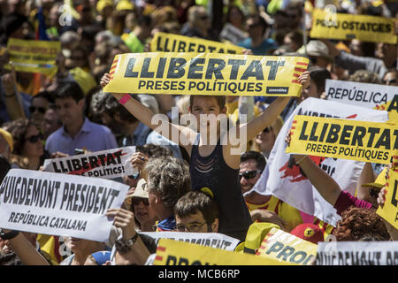 """Barcelona, Spanien. 15 Apr, 2018. Eine junge weibliche Demonstrant gesehen halten ein Banner während der Demonstration. Hunderttausende von Menschen in Barcelona gezeigt haben die Freilassung des Katalanischen politische Gefangene in den Gefängnissen von Madrid zu verlangen, sechs Monate nach der ersten Freiheitsstrafe. Eine Demonstration, die durch soziale, kulturelle Organisationen, Gewerkschaften und politischen Parteien organisiert, unter dem Motto 'Wir sie zu Hause """"Kredit möchten: Victor Serri/SOPA Images/ZUMA Draht/EIN - Stockfoto"""