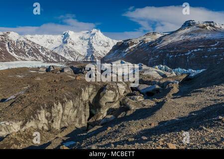 Endstation Eiszeit während Ice Cave Tour von Svinafellsjökull, einem Tal Gletscher aus fließenden Öraefajökull Vulkan, ein Eis, schneebedeckten Vulkan in Vatnajöku gesehen - Stockfoto