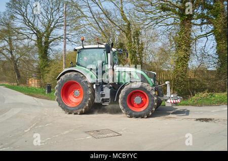 Traktoren aller Arten auf, die jährliche Spendenaktion für Macmillan Cancer Support, Driffield, East Yorkshire Wolds, England, UK.