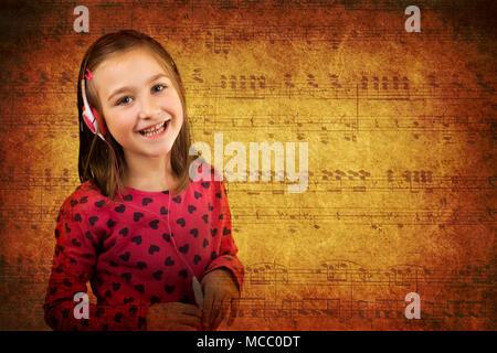 Wenig glücklich mit Kopfhörern in: Viel Spaß beim Hören der Musik. Vintage grunge Papier Noten Hintergrund. - Stockfoto