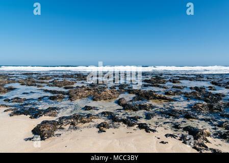 Malerischer Blick auf Felsen am Strand gegen Sky - Stockfoto