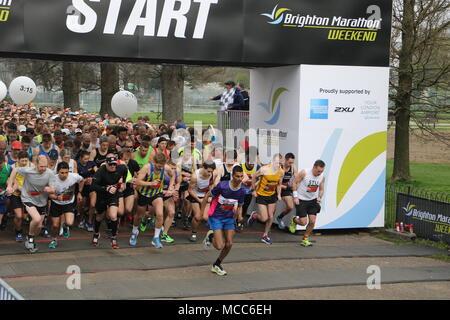 Läufer verlassen die Startlinie zu einem Wettlauf, die Brighton Marathon - Stockfoto