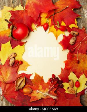 Herbst Hintergrund - Grenze von Blättern und roten Beeren auf Papier Hintergrund - Stockfoto