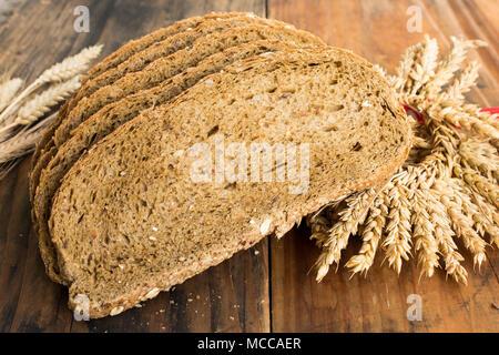 Vollkornbrot aus Weizen-, Roggen- und Leinsamen. - Stockfoto