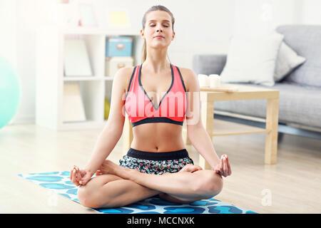 Frau tun Fitness Übungen zu Hause - Stockfoto