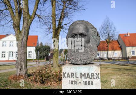 10 April 2018, Deutschland, Neuhardenberg: eine Büste von deutscher Philosoph, Ökonom und sozialen Theoretiker Karl Marx (Mai, 05 1818 - März 14 1883) ist auf dem Display. Die Stadt Neuhardenberg Marxwalde war zuvor bekannt als nach Karl Marx während der DDR-Zeit genannt. Foto: Patrick Pleul/dpa-Zentralbild/dpa