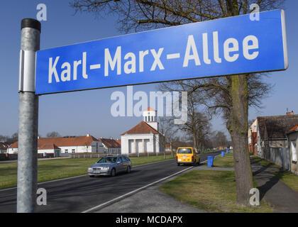 10 April 2018, Deutschland, Neuhardenberg: eine Straße, Signe liest Karl-Marx-Allee. Die Stadt war zuvor als Marxwalde nach deutscher Philosoph, Ökonom und sozialen Theoretiker Karl Marx (Mai, 05 1818 - März 14 1883) Während der DDR-Zeit bekannt und in Neuhardenberg nach dem Fall der Berliner Mauer umbenannt. Foto: Patrick Pleul/dpa-Zentralbild/dpa