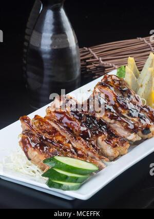 Japanische Küche. gegrilltes Hähnchen auf Hintergrund - Stockfoto