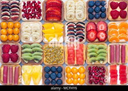 Bunte square Obstkuchen auf weißem Hintergrund