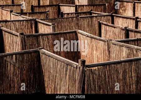 Ein Blick von Oben auf einen hölzernen Palisade Labyrinth. - Stockfoto