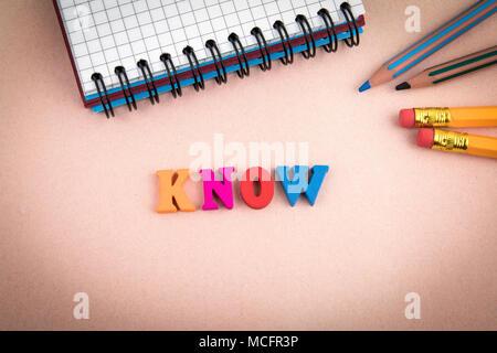 Wissen. Holz- Buchstaben auf dem Schreibtisch - Stockfoto