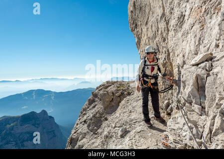 Klettersteig Weibl : Gerne weibliche bergsteiger klettern klettersteig stockfoto bild