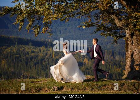 Braut und Bräutigam in den Karpaten, Berge,