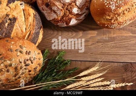 Brot und Brötchen in der heutigen Zeit treten in vielen Arten und Formen nicht nur in Polen, sondern in der ganzen Welt. - Stockfoto