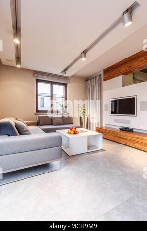 gem tliches wohnzimmer ecke mit einem wei en sofa und whirlpool stuhl vor gro e rundbogenfenster. Black Bedroom Furniture Sets. Home Design Ideas