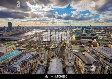 London, England - Panoramablick auf die Skyline von London aus St. Paul's Cathedral mit kultigen roten Doppeldeckerbusse und schönen Himmel und Wolken genommen - Stockfoto
