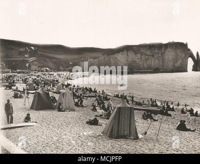 ETRETAT - La Plage et la Falaise d'Aval. Frankreich. Der Strand und die Klippe stromabwärts. Von einem frühen 1900s Postkarte. - Stockfoto