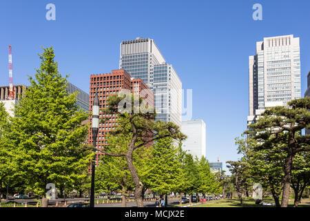 Moderne Bürogebäude im Business Viertel von Marunouchi im Herzen von Tokio in Japan Hauptstadt an einem sonnigen Sommertag - Stockfoto