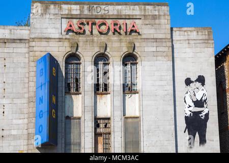 Verfallenes Astoria theater Kino mit Banksy küssen Coppers Graffiti an Gloucester Place, Brighton, East Sussex, England Großbritannien im April - Stockfoto