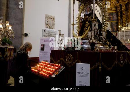Teneriffa, Kanarische Inseln, eine Kerze in der Kapelle Unserer Lieben Frau von der Heilmittel in der Kathedrale von San Cristóbal de La Laguna. - Stockfoto