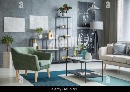 Lieblich Grüne Sessel Neben Einem Metall Tisch Mit Marmor Muster In Der  Industriellen Wohnzimmer Einrichtung Mit Pflanzen
