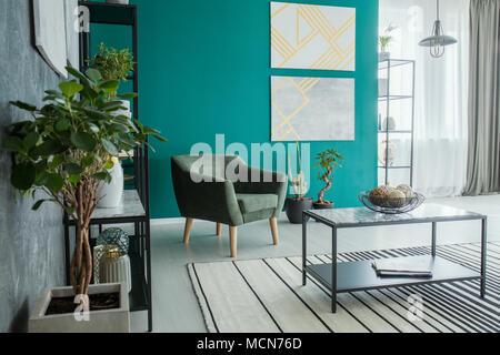... Frische Topfpflanzen In Grün Und Grau Wohnzimmer Einrichtung Mit Sessel  Und Zwei Geometrischen Gemälde   Stockfoto