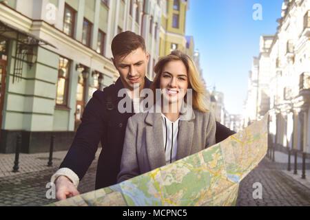 Cute reisen Paar Spaziergang in der Stadt - Stockfoto