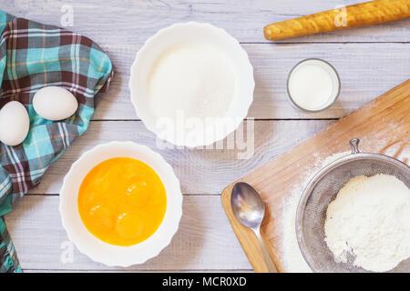 Zutaten zum Backen auf einem weißen Tisch - Stockfoto