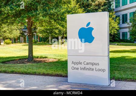 CUPERTINO, CA/USA - 29. JULI 2017: Apple Computer zentrale Außen- und Logo. Apple Inc. ist eine US-amerikanische multinationale Technologieunternehmen. - Stockfoto