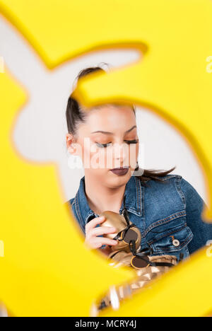 Junges Mädchen mit Eier in bunny Form Rahmen. Selektive konzentrieren. Ostern Konzept - Stockfoto