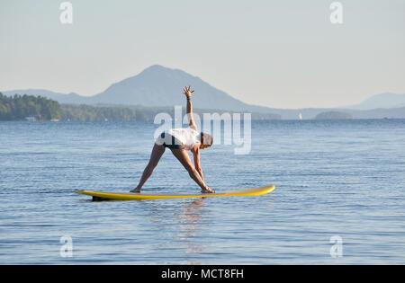 Yoga auf Stand up Paddle Board - Stockfoto