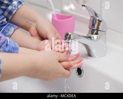 Mom teach baby girl wie Waschen hand - Stockfoto
