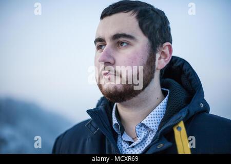 Portrait einer jungen nachdenklich Bärtigen brutalen Mann - Stockfoto