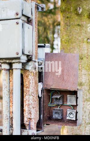 Alte Elektroinstallation mit Sicherungskasten Stockfoto, Bild ...