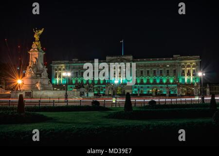 London, Großbritannien, 24. Dezember 2014: Buckingham Palace in London bei Nacht. Palace hat als offizielle Londoner Residenz der britischen Royal serviert. - Stockfoto