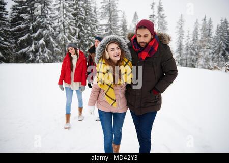 Freunde gehen im Schnee - Stockfoto
