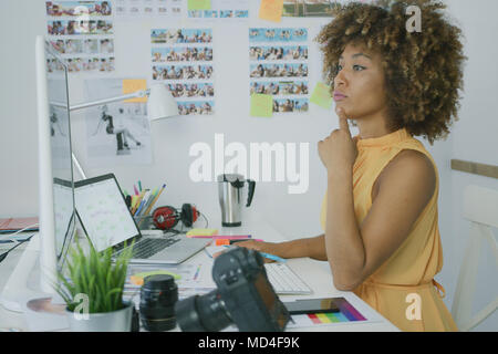 Stilvolle nachdenklich Arbeiter am Desktop - Stockfoto