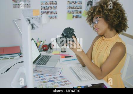 Junge Frau kennenlernen Fotos auf der Kamera - Stockfoto