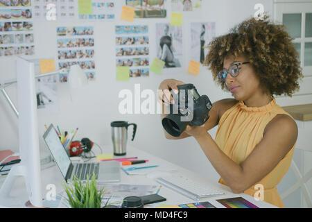 Stilvolle Fotograf an kreativen Arbeitsplatz - Stockfoto