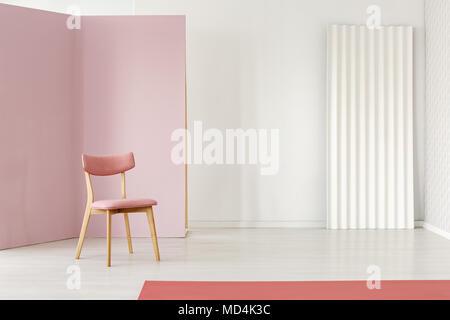Retro wohnzimmer einrichtung mit einem rosa sessel