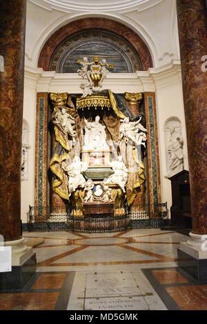 Eine von vielen Seitenkapellen innerhalb der Kirche des Hl. Ignatius von Loyola. Die Kirche des Hl. Ignatius von Loyola im Campus Martius (Italienisch: Chiesa di Sant' - Stockfoto