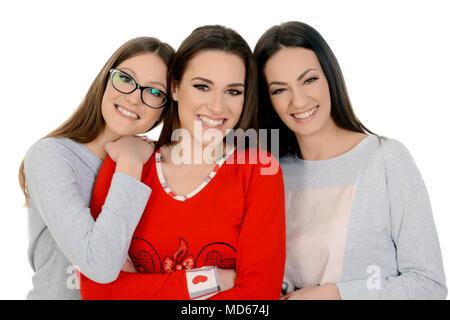 Drei schöne glückliche Mädchen auf sleepover in ihren Schlafanzügen. Freundschaft, Menschen und pyjamaparty Konzept - glückliche Freunde oder jugendmädchen Spaß - Stockfoto